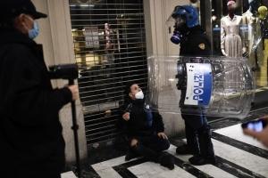 Cientos de personas se manifiestan en Italia contra nuevas restricciones