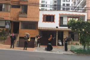 Mujer les lanzó huevos a mariachis mientras cantaban en la calle