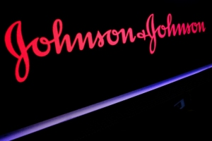 Las acciones de Johnson & Johnson caen 4% tras hallar asbesto en talco para bebé