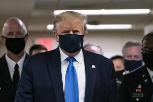 Trump usa cubrebocas en público por primera vez durante la pandemia del COVID-19