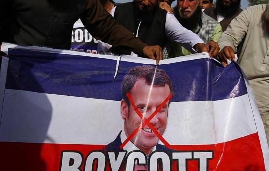Musulmanes se manifiestan tras afirmaciones de Macron sobre Mahoma