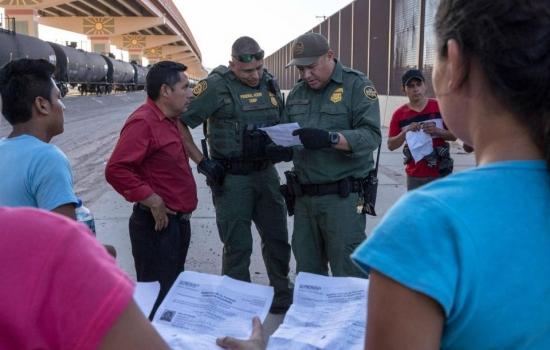Gobierno de Biden quiere restablecer 'Permanecer en México' en noviembre