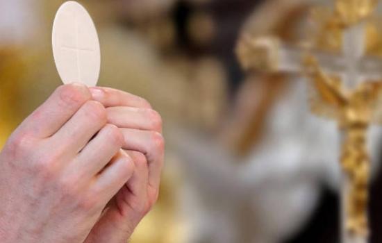 Sacerdote usaba las limosnas para fiestas sexuales y drogas