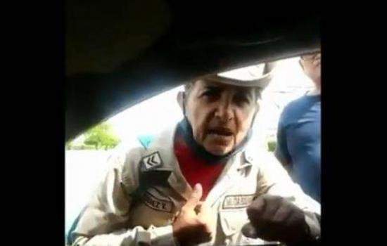Miliciana chavista comiendo de la basura se despacha contra Maduro
